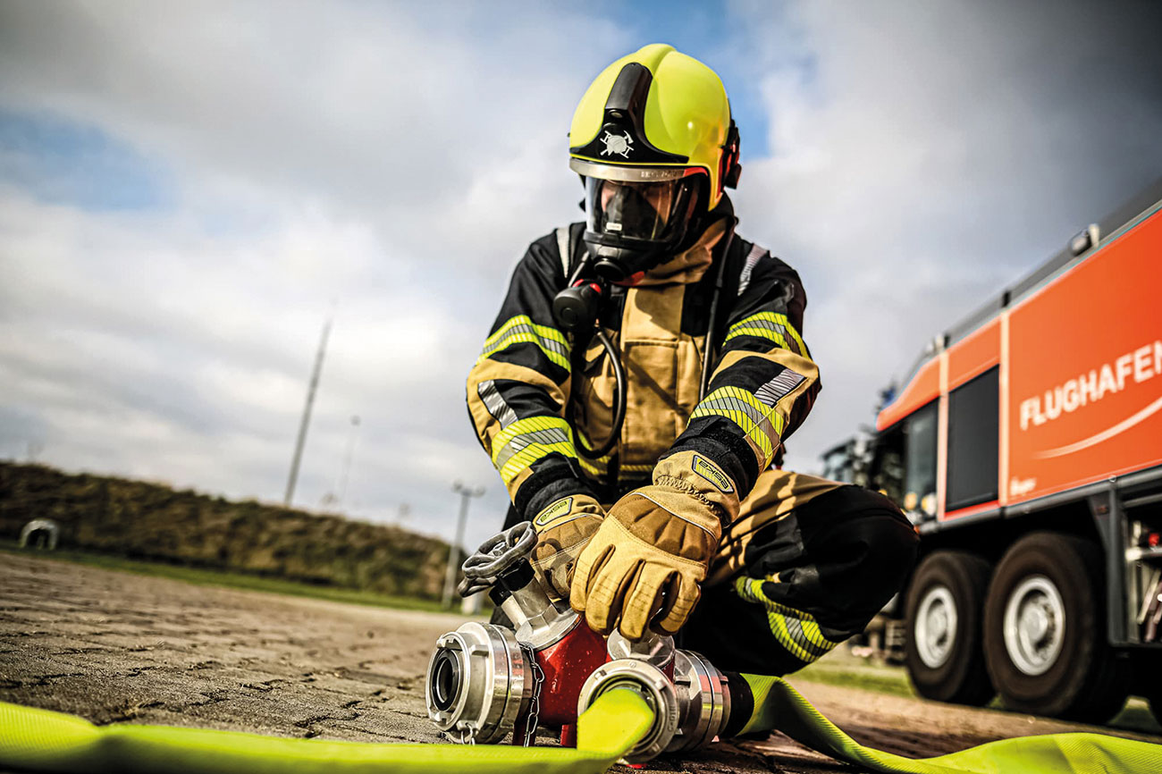 The ESKA firefighting glove Siga PBI 5F with full PBI protection on the backhand and palm and ergonomical, fire-resistant knuckle protector.